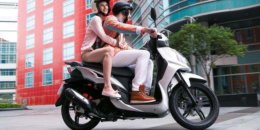 SYMPHONY 125 SR Urbain par excellence Le Symphony 125 SR est le scooter urbain par excellence : style agressif, optique sport, saute vent, autant d'éléments qui lui donnent du caractère. Cet aspect sportif est d'autant plus appuyé par ses jantes noires.